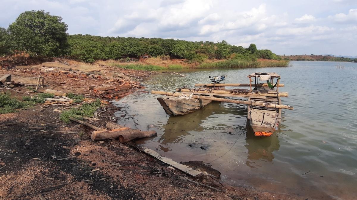 Cận cảnh kho gỗ lậu cực lớn dưới lòng hồ Thuỷ điện Sê San 4 - Ảnh 5