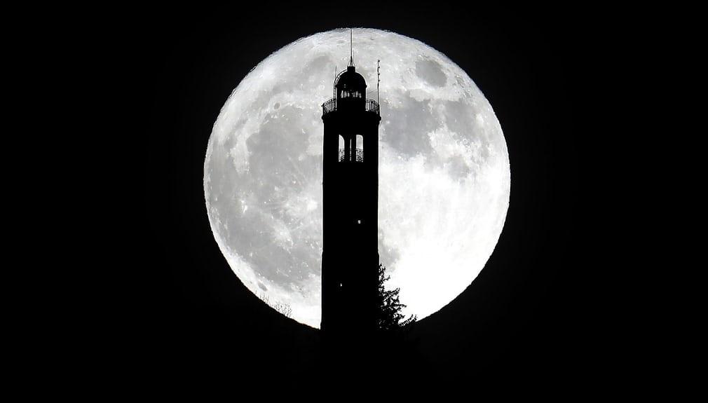 Những hình ảnh Mặt Trăng ấn tượng trên bầu trời - Ảnh 13
