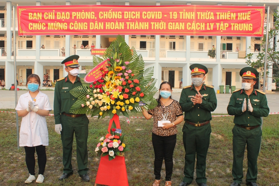 360 cong dan sinh song o lao hoan thanh cach ly y te tap trung tro ve gia dinh