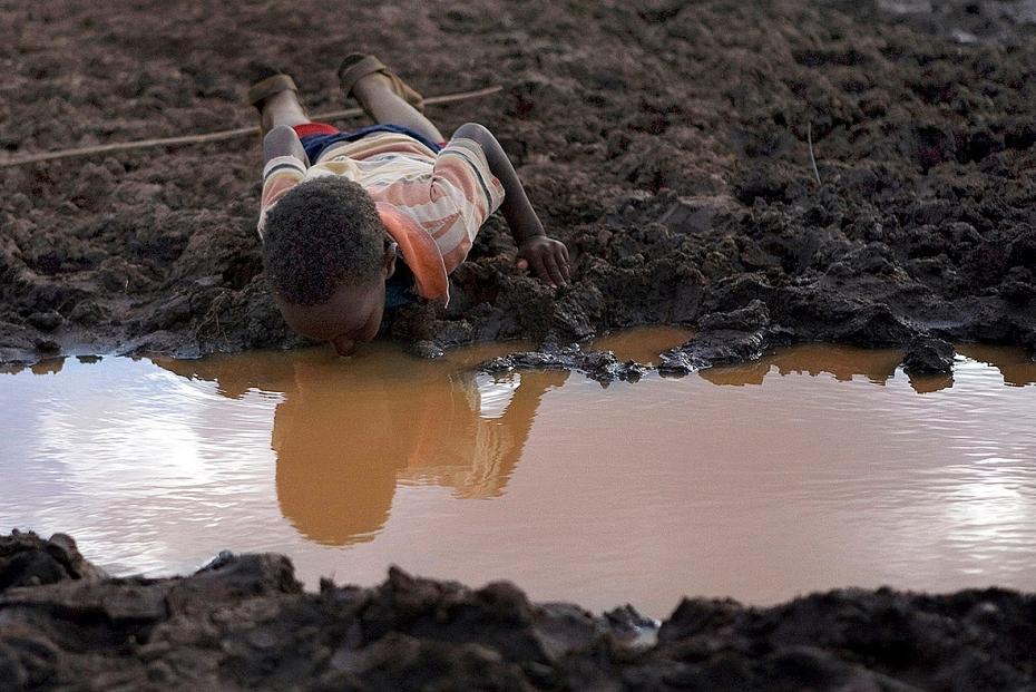 Những bức hình ám ảnh về tình trạng thiếu nước sạch trên thế giới - Ảnh 3