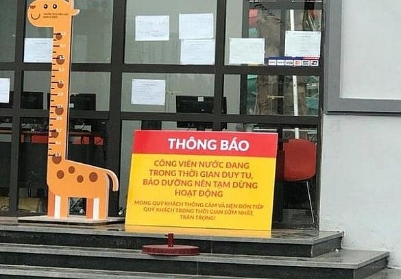 cong vien nuoc thanh ha hoat dong chui khien be trai 2 tuoi duoi nuoc