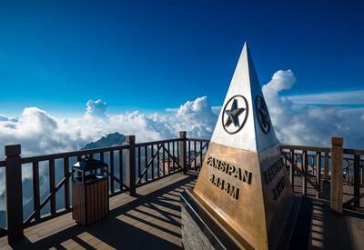 Mùa mây trên đỉnh núi cao nhất Việt Nam