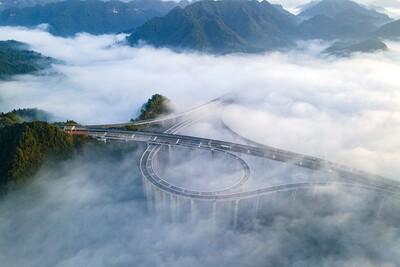 Cảnh biển mây bao phủ đường cao tốc ở Trung Quốc