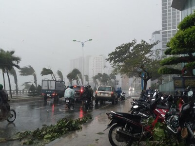 Bão 12 đang đổ bộ Khánh Hòa - Phú Yên, gây mưa lớn trên diện rộng