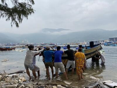 Các tỉnh miền Trung cấm biển, sơ tán dân trước khi bão số 13 đổ bộ
