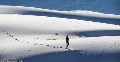 Tuyết lại bất ngờ phủ trắng sa mạc Sahara