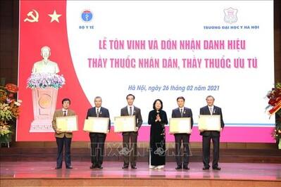 Trao tặng danh hiệu Thầy thuốc Nhân dân cho 5 bác sĩ Đại học Y Hà Nội