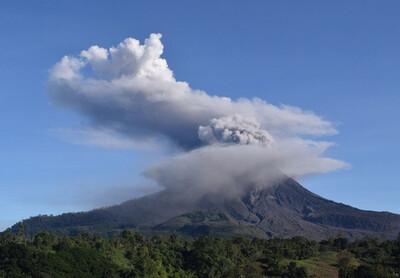 Núi lửa ở Indonesia phun cột tro bụi khổng lồ cao 5.000 m