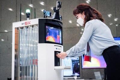 Ra mắt robot khử trùng sử dụng công nghệ 5G đầu tiên trên thế giới