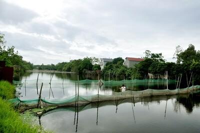 Vô tư 'xẻ thịt' lòng sông nuôi thủy sản