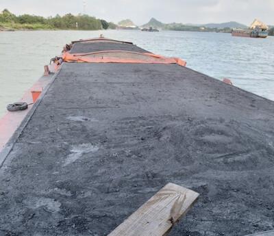 Quảng Ninh: Bắt giữ tàu vẫn chuyển lậu chở 800 tấn bã xít thải