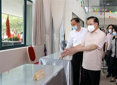 Bí thư Hà Nội Đinh Tiến Dũng kiểm tra các điểm bầu cử trên địa bàn