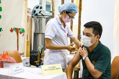 Người dân Hà Nội bắt đầu được tiêm vaccine Covid-19 diện rộng