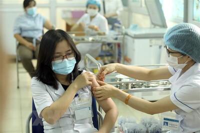 Chuyên gia nói gì về đề xuất người tiêm 2 mũi vaccine Covid-19 được 'ra đường'?